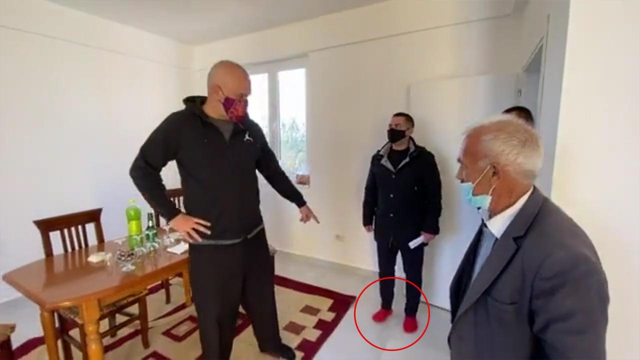 Rama sipas zakonit, pa këpucë në banesën e familjarit në Shijak: Ahmetaj më ka marrë çorapet