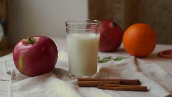 A është e shëndetshme të kombinojmë qumështin me frutat?