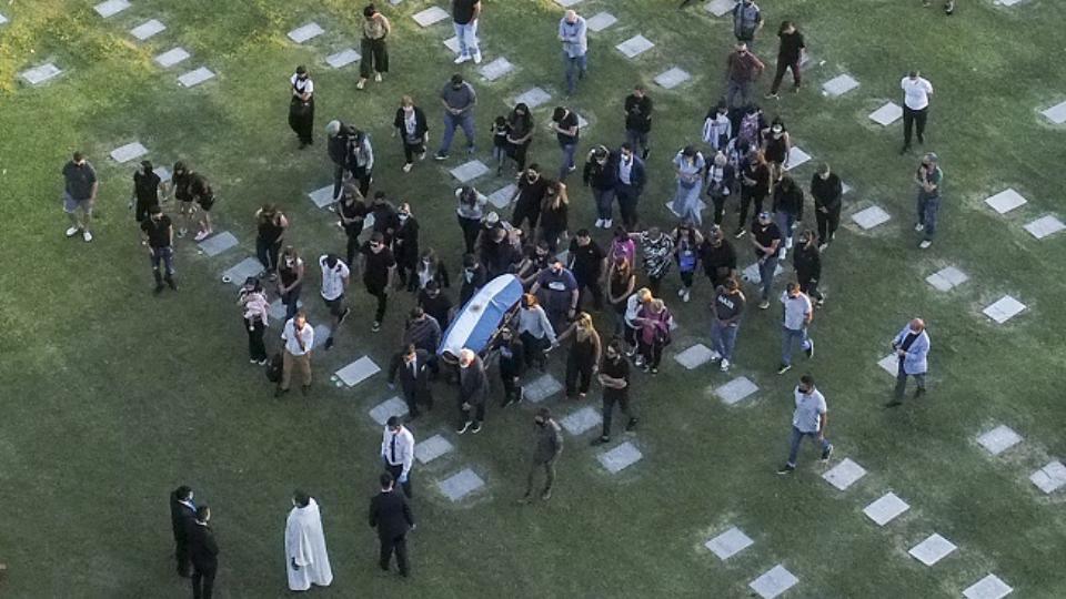 Ceremoni private, legjenda Maradona përcillet në banesën e fundit