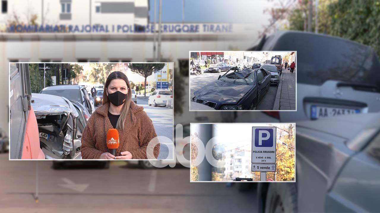 Policia rrugore shkel ligjin, makina të aksidentuara parkohen në rrugë, para komisariatit
