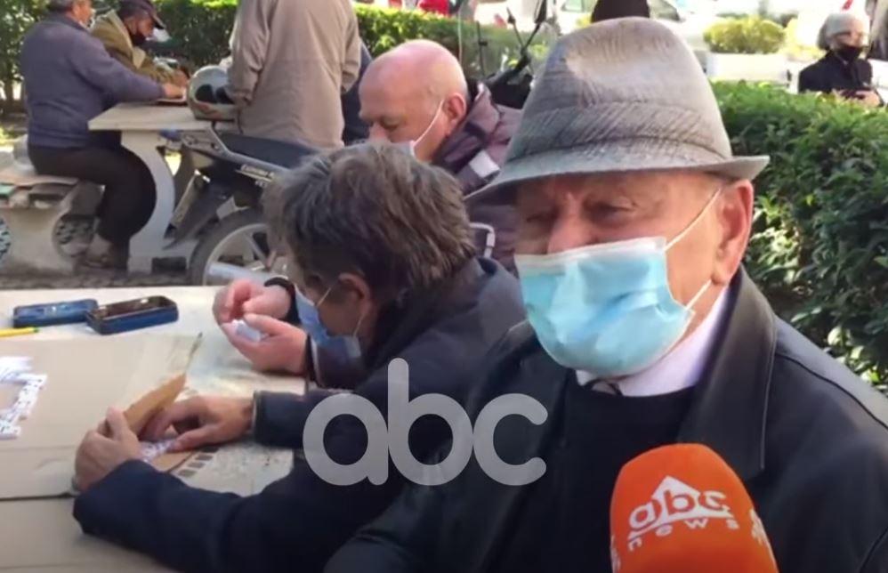 Të moshuarit në Fier sfidojnë virusin, asnjë kujdes për masat ndaj pandemisë