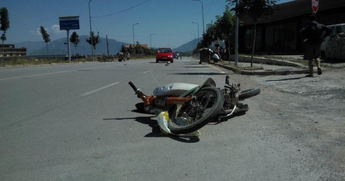 Humb kontrollin e mjetit dhe bie në kanal, plagoset motoçikliti në Cërrik