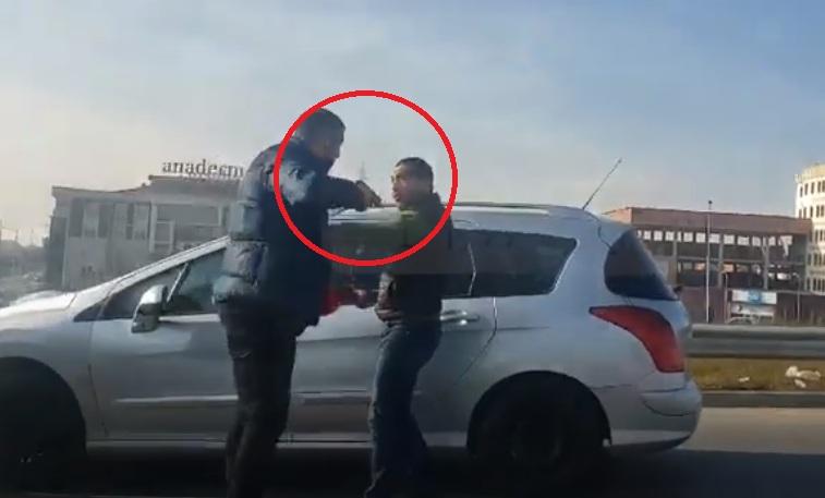 VIDEO/ Shoferi nxjerr pistoletën pas sherrit, të riut nuk i trembet syri fare