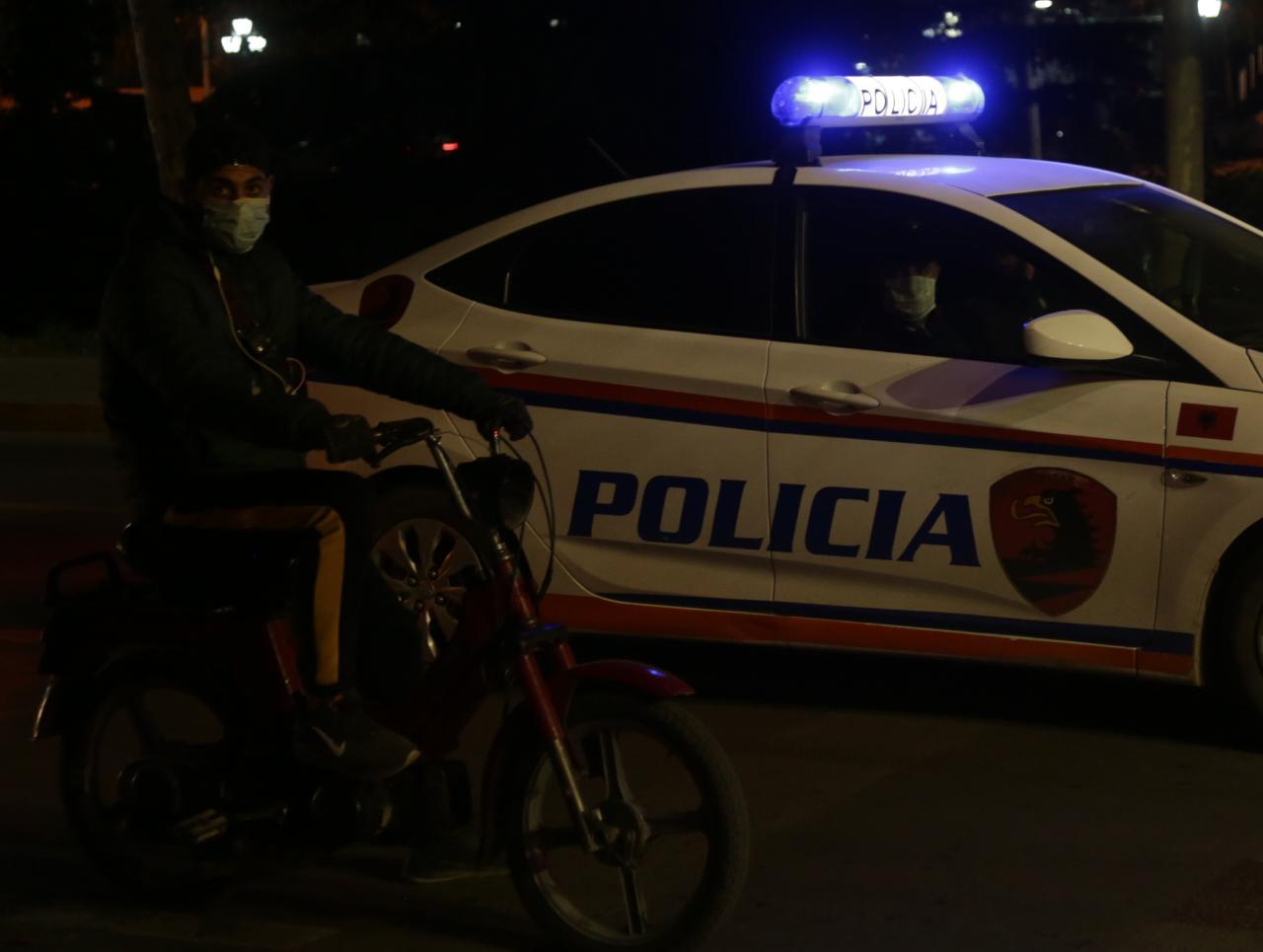 Makinë me logo televizioni dhe nuk bindet urdhrit të policisë, në kërkim shoferi në Gjirokastër