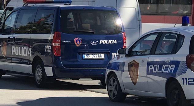 """""""Golfi"""" i pret rrugën, makina e policisë përplaset me pemën"""