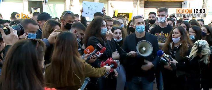 PROTESTA/ Studentët depozitojnë kërkesat në MASR: Përgjysmoni tarifat, rimbursoni kostot