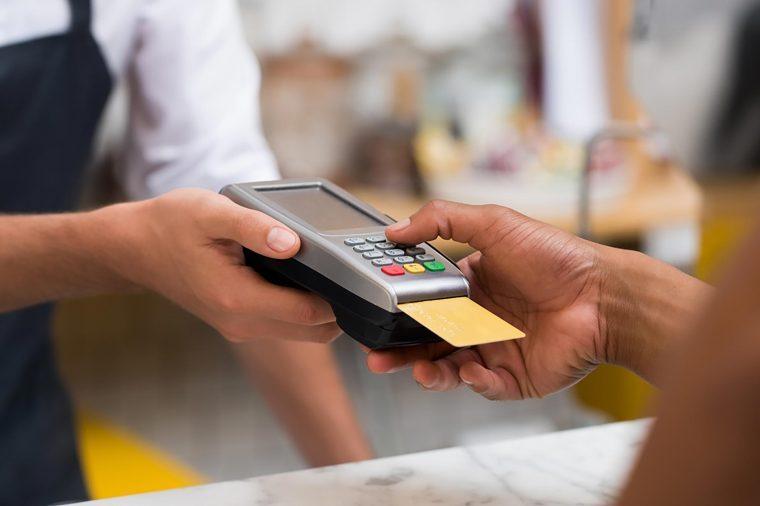 Ja ku nuk duhet të përdorni kartë debiti për të paguar!