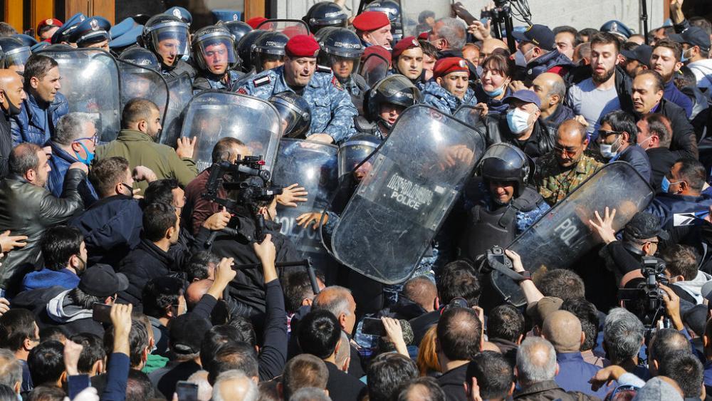 Protesta kundër kryeministrit në Armeni: Je tradhtar