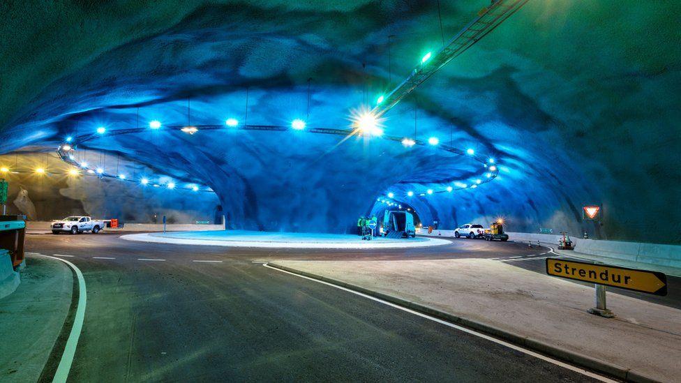 Rrethrrotullim në mes të detit, pamjet brenda tunelit nënujor në ishujt Faroe