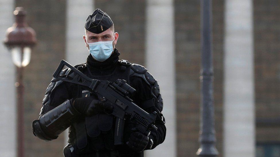 Europa feston në heshtje natën e ndërrimit të viteve, Franca mobilizon 100.000 policë