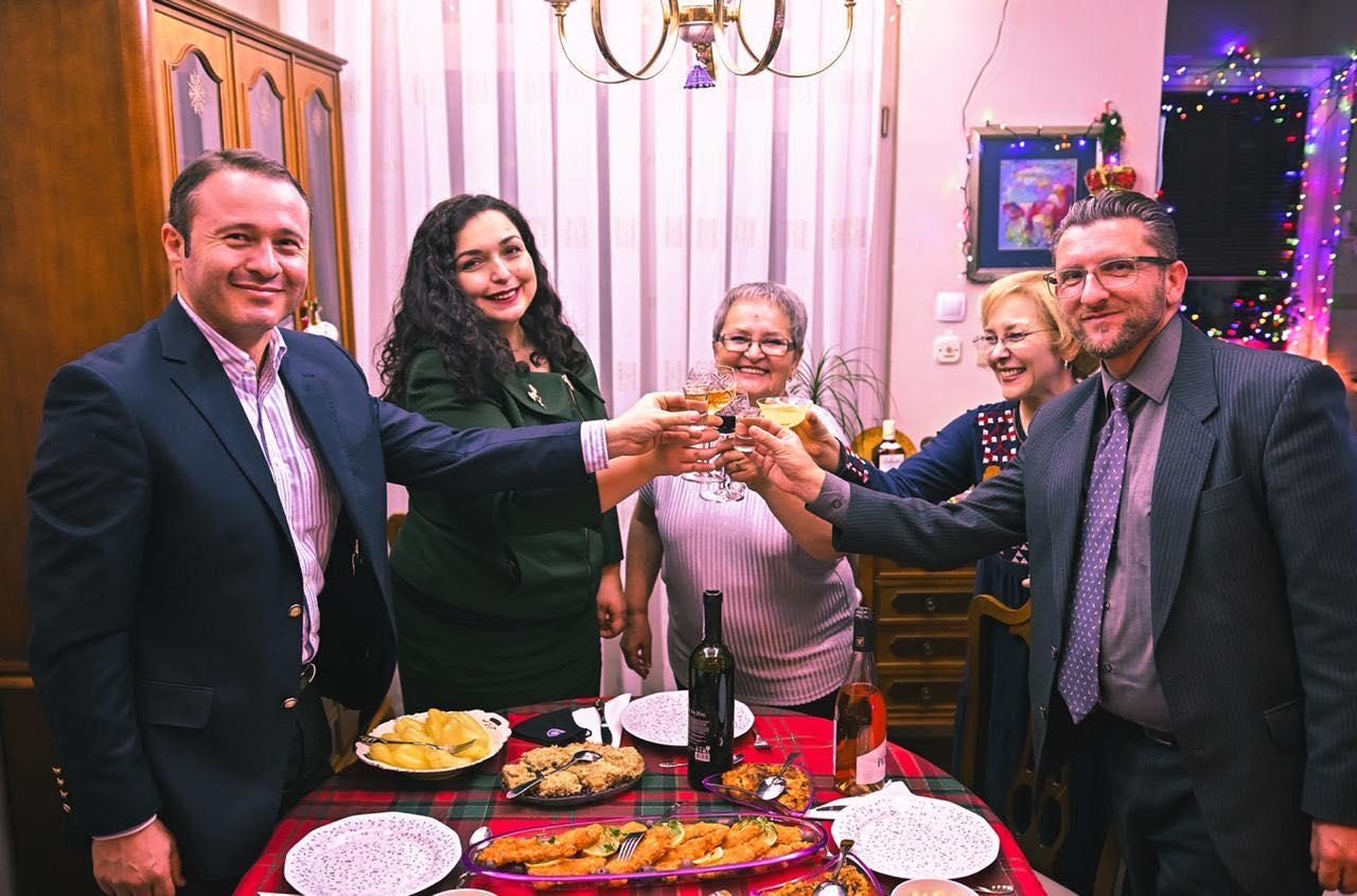 Vjosa Osmani kalon Krishtlindjen në familjen e kompozitorit: Festat na mbajnë bashkë