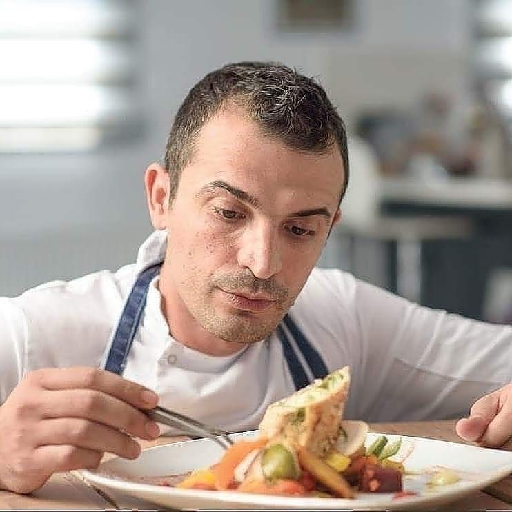 Sot shefin kuzhine në Qipro, ky është shqiptari që ka gatuar edhe për Rihannën!