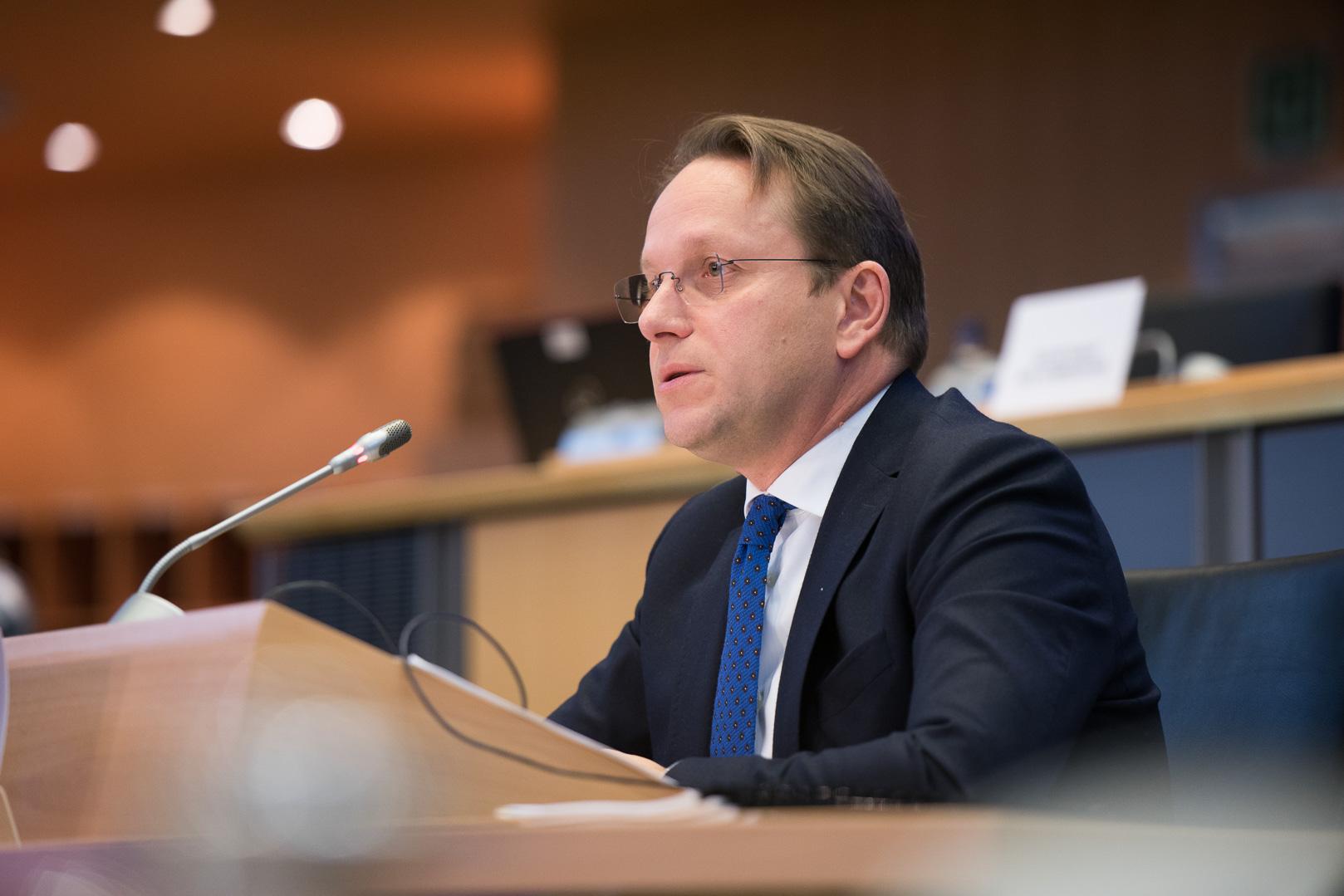 Plotësimi i Kushtetueses, Varhelyi: Lajm i shkëlqyer, arritje e rëndësishme për institucionet e njerëzit