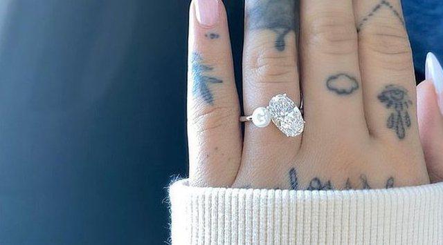 Unazë me diamant dhe perlë, këngëtarja e njohur i jep fund beqarisë