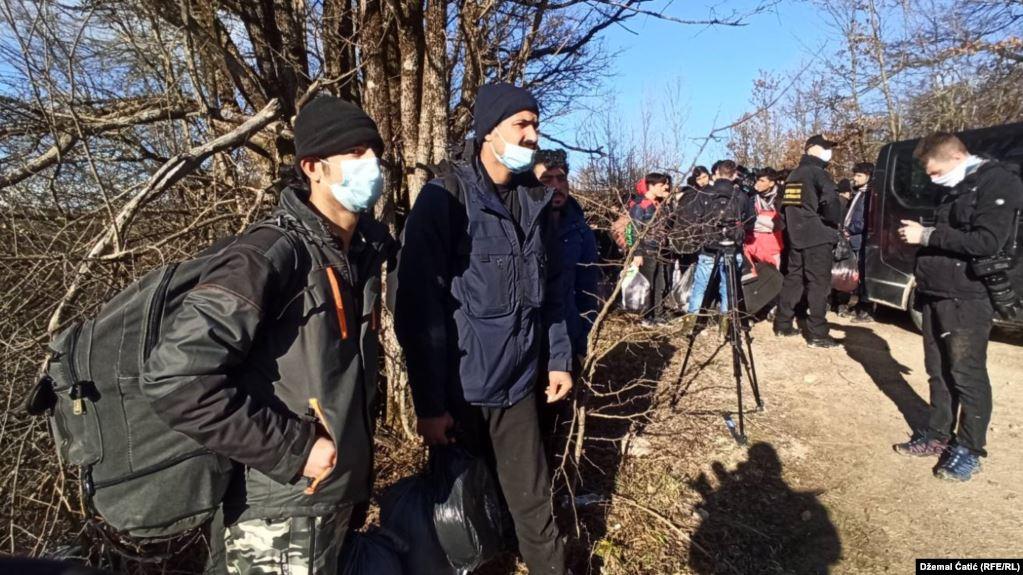 Emigrantët zhvendosen nga kampi Lipa i Bosnjës