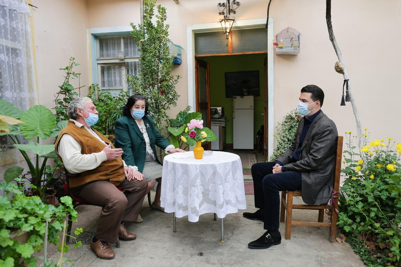 Basha takim me pensionistët në Tiranë: Rama s'e merr paketën e PD sepse nuk e kupton