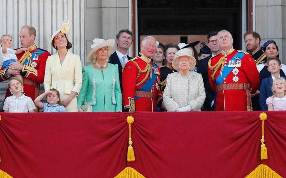 Dhuratat e çuditshme që anëtarët e familjes mbretërore shkëmbejnë gjatë pushimeve