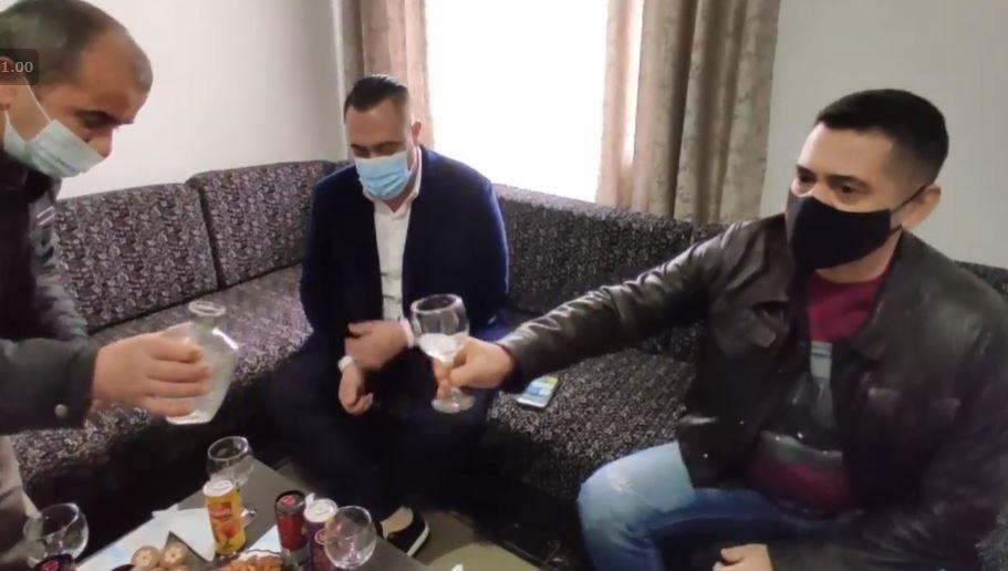 """""""Ma la porosi Rama"""", Ahmetaj u dorëzon çelësat e shtëpive dy familjeve: E premtoi me gojën e tij"""