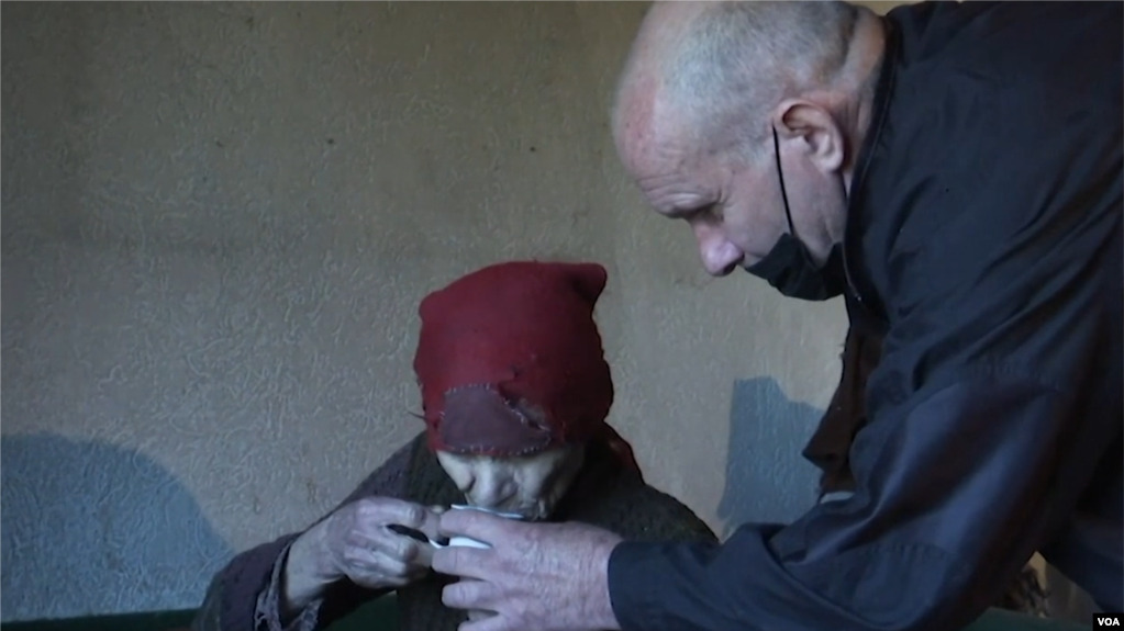Shqiptari ndihmon serben e moshuar që jeton e vetme: Na ka trajtuar si fëmijët e saj