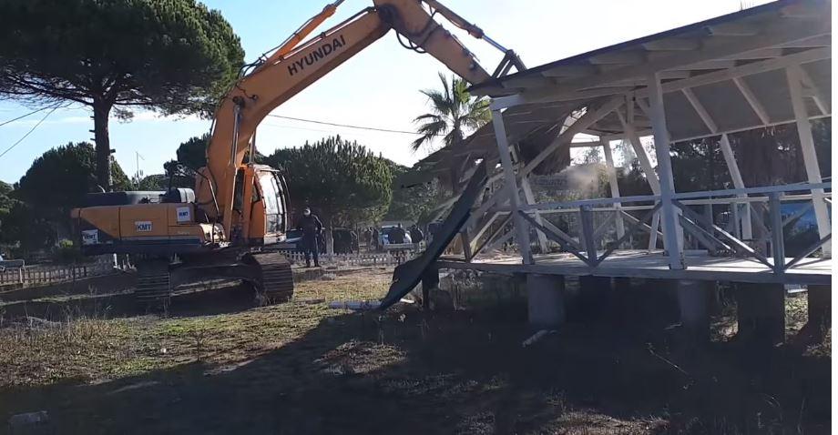 IKMT starts the demolition of 30 buildings at 'Gjiri i Lalzit' beach