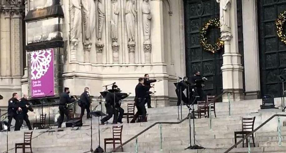 Të shtëna me armë në një katedrale në New York, policia qëllon për vdekje agresorin