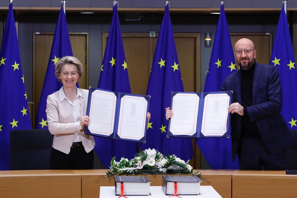 Historike, presidentja e KE firmos marrëveshjen tregtare të Brexit në Bruksel