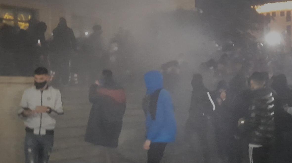 Tym e flakë tek kryeministria, përplasje fizike mes protestuesve dhe policisë