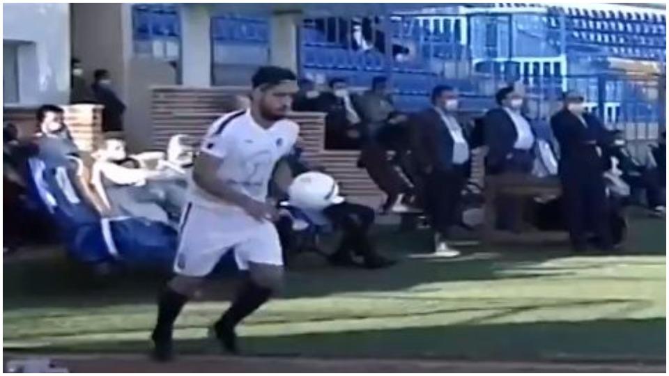 VIDEO/ Gol i rrallë në Iran, tund rrjetën nga rivënia anësore!
