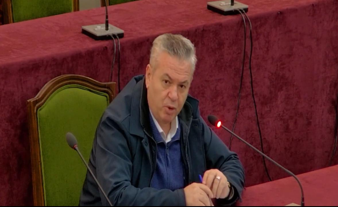"""""""Për hatër të koronës e kisha"""", Murrizi ironi në mbledhjen e komisionit: Ky Sadiku rron?"""
