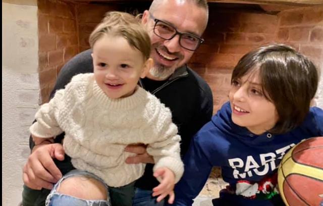 Saimir Tahiri uron vitin e Ri me foton krah dy djemve: Gëzuar