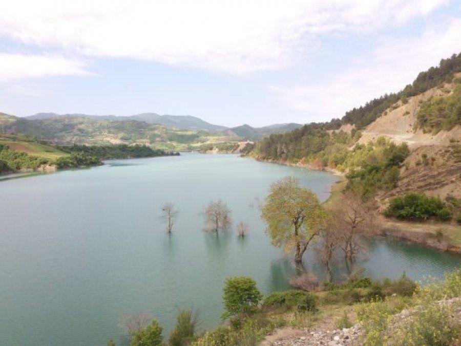 Gjendet e mbytur një grua në liqenin e Banjës
