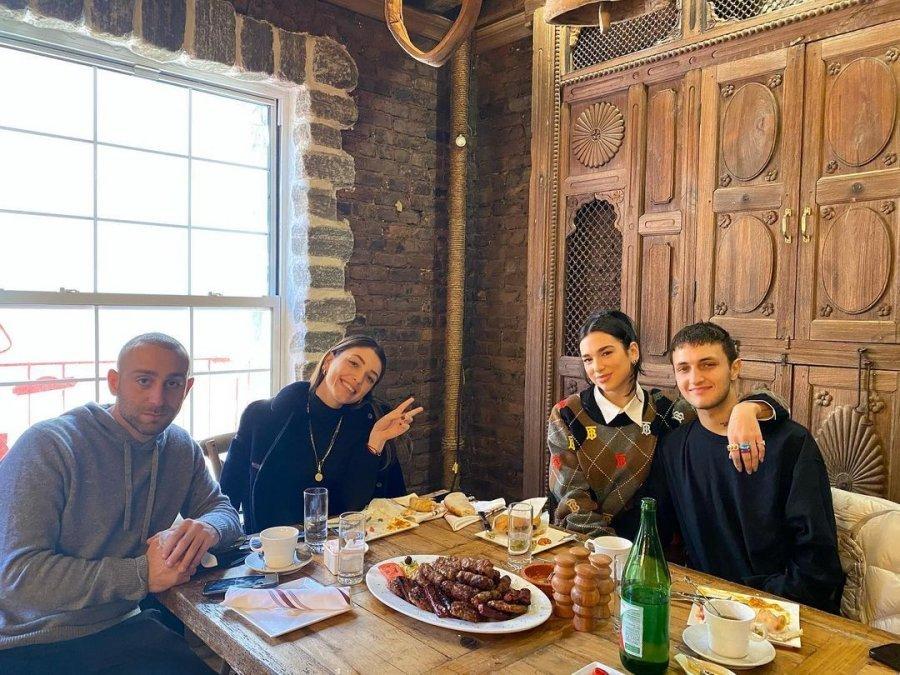 Si kurrë më parë, Dua Lipa i prezanton të dashurit ushqimet tradicionale shqiptare