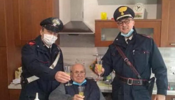 """""""I kam të gjitha por më mungojnë njerëzit"""", 94-vjeçari u kërkon policëve ta vizitojnë për Krishtlindje"""