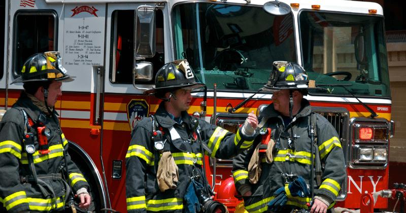 Mbi 55 % e zjarrfikësve amerikan refuzojnë vaksinimin anti COVID-19