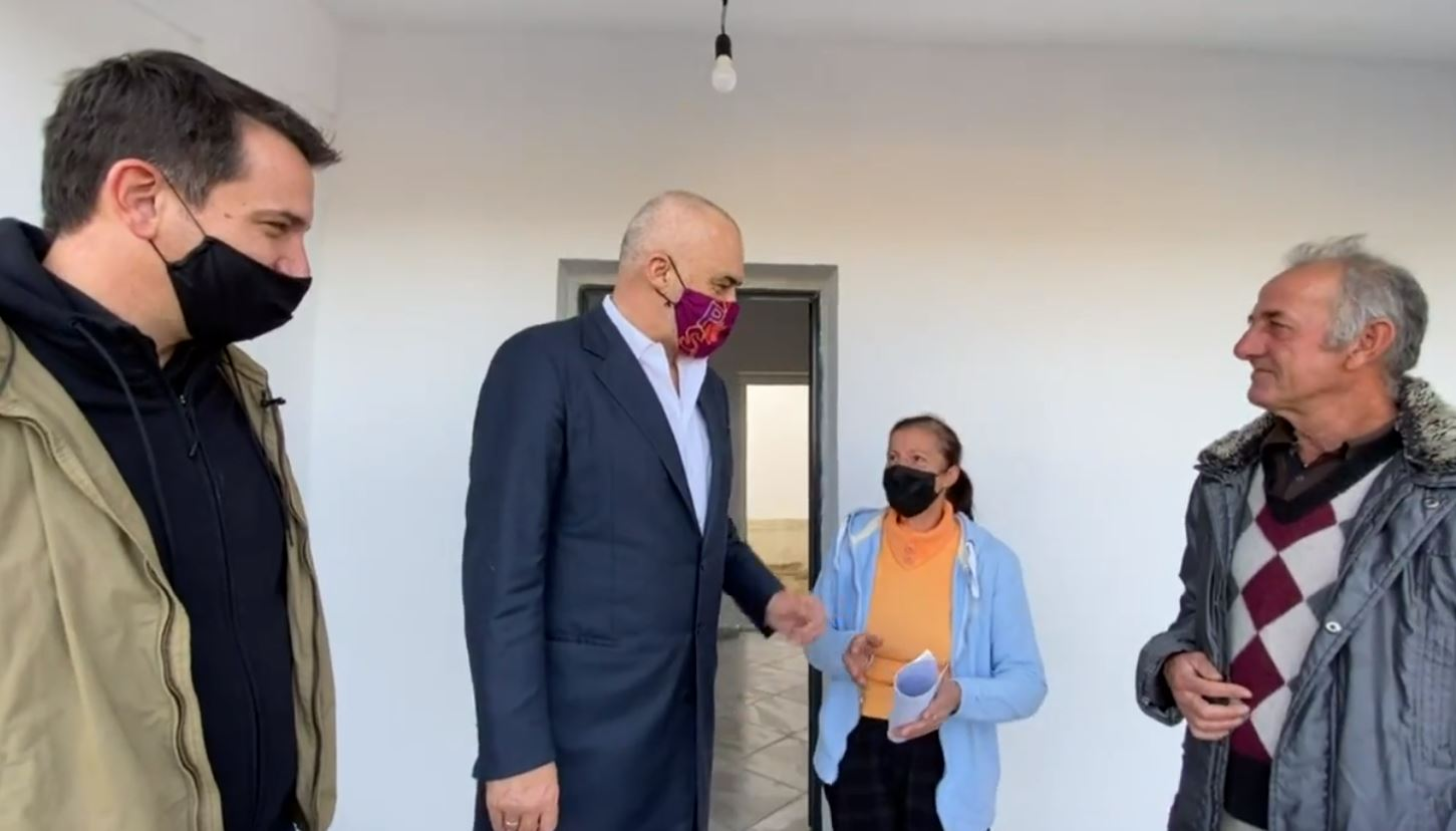 Viziton familje të dëmtuara nga tërmeti në Farkë, Rama për qenin: E paskeni një analist në shtëpi