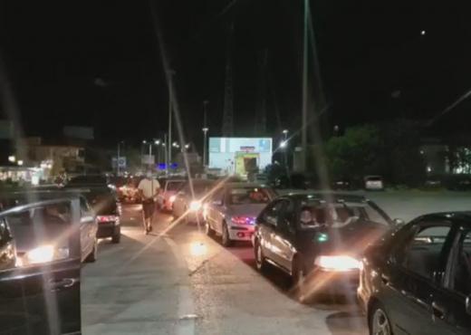 Qindra emigrantë të bllokuar prej orësh në Kakavijë, në pritje të autobusëve nga Shqipëria
