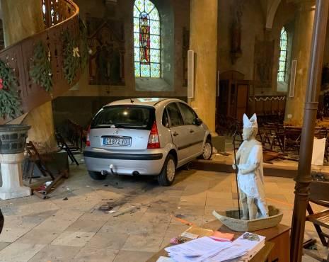Ngatërroi gazin me frenat, i moshuari terrorizon Francën, futet me makinë në kishë