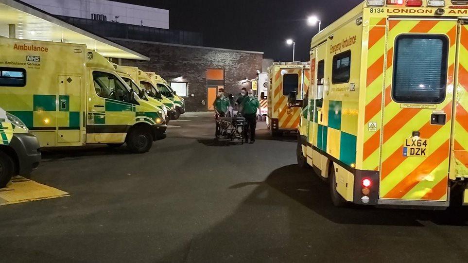 Ambulancat në radhë, spitalet britanike drejt kolapsit
