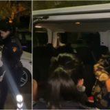 E vetme në mes të natës rrugëve të Elbasanit, policia ndalon furgonin dhe e shoqëron