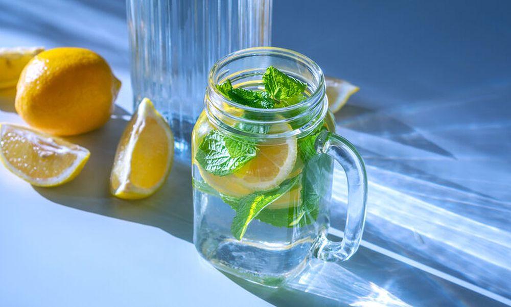 Çfarë ndodh nëse pini një gotë ujë me limon çdo ditë
