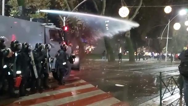 Gurë e lëndë piroteknike, lëndohen dy policë të FNSh-së gjatë protestës në Tiranë