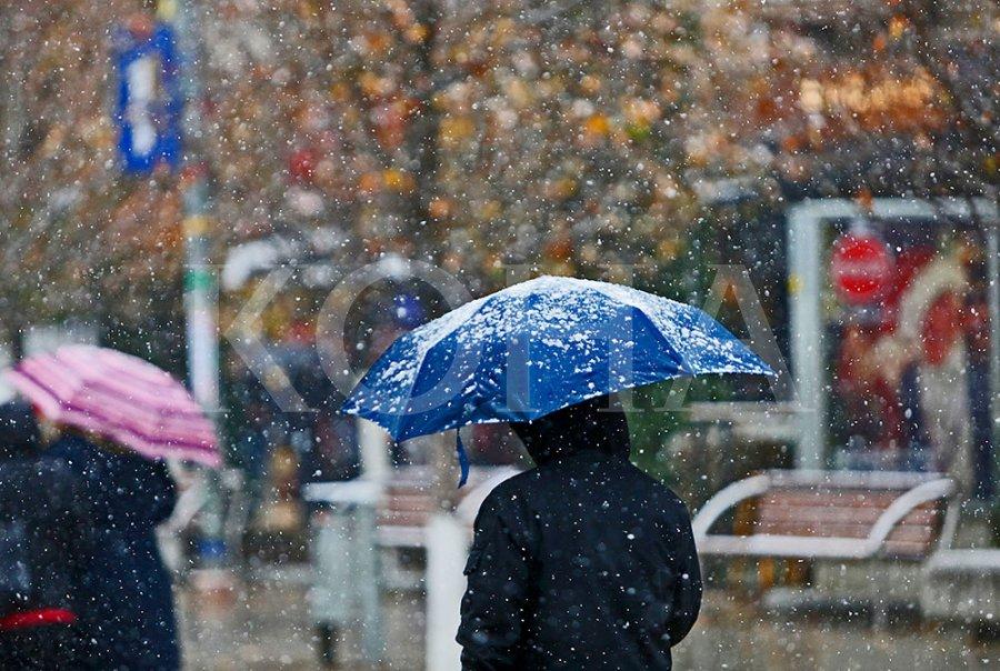 Në mesditë kulmi, moti i keq përfshin vendin: Zonat ku pritet shi i dendur dhe dëborë