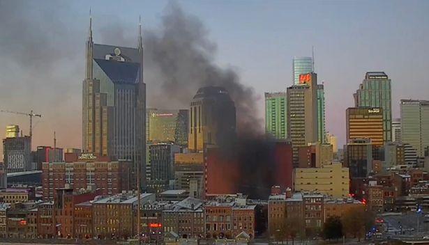 Xhami dhe çeliku fluturojnë në ajër, shpërthim i fuqishëm në qytetin amerikan