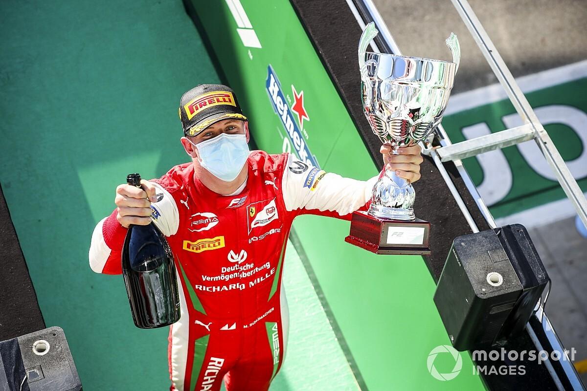 Në hapat e babait, Mick Schumacher kampion i Formula 2
