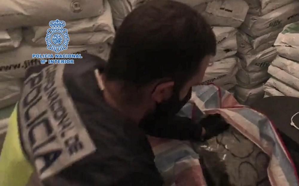 """VIDEO/ Brenda """"çerdhes"""" së shqiptarëve në Spanjë, thasët plot, armë, drogë dhe mijëra euro"""