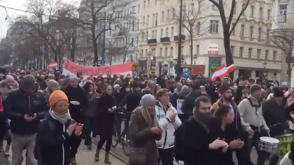 Mijëra protestues në rrugët e Vjenës, kundërshtojnë masat anti-Covid