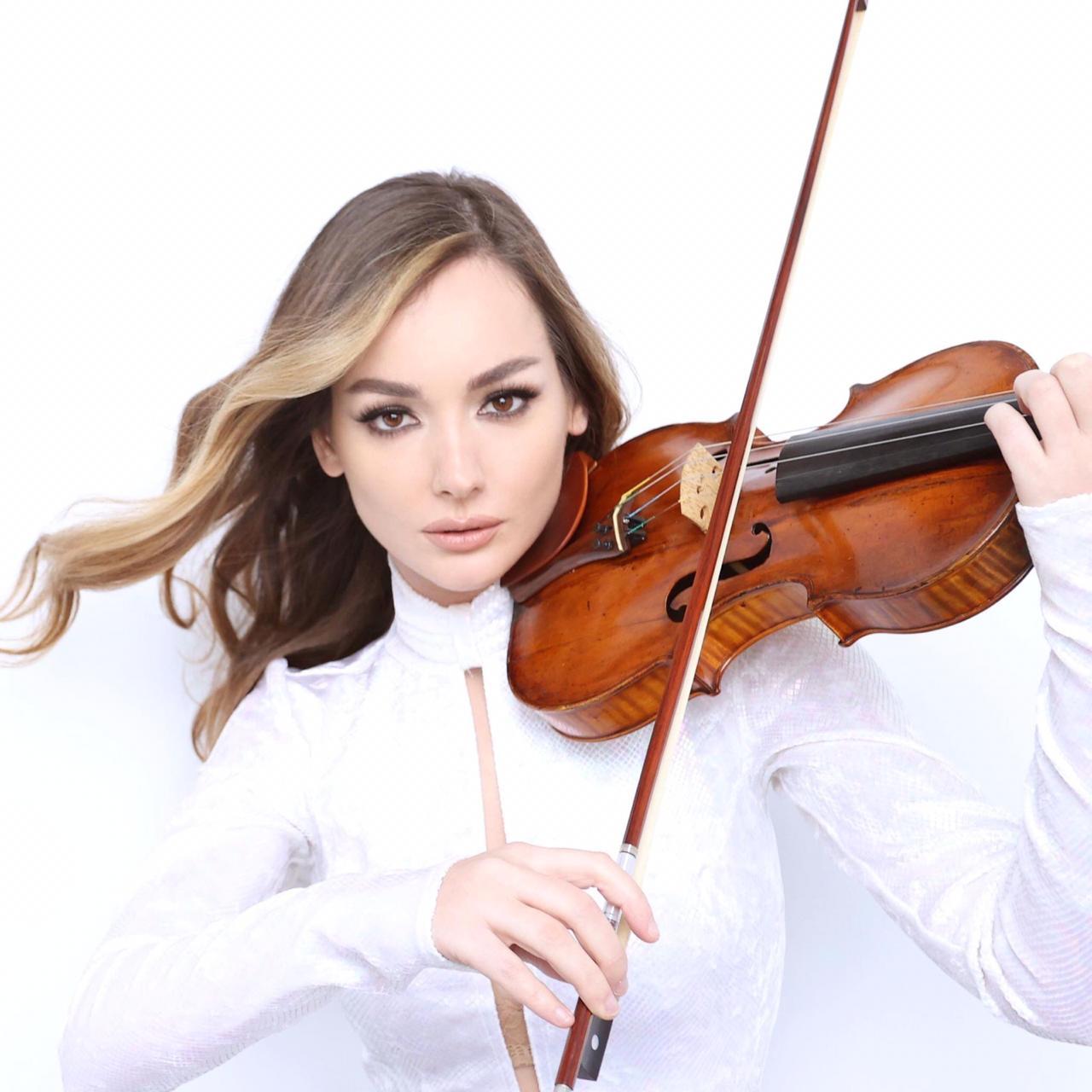 Joana Kaimi, violinistja shqiptare që performon në skenat e New York-ut!