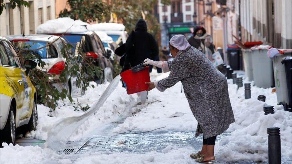 Pas borës vjen acari, termometri shkon -25 gradë