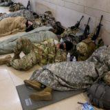 Biden kërkon falje për ushtarët që flenë në garazhin e makinave, Zonja e Parë u jep biskota