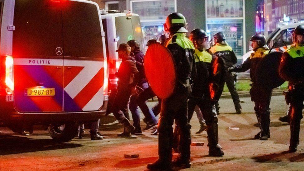 Trazirat në Holandë kundër masave anti-Covid, qeveria: Po i bën llumi